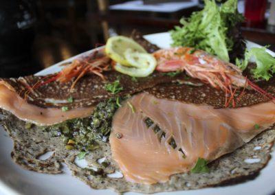 saumon gambas et tartare d'algues à la Crêperie de Kergoff